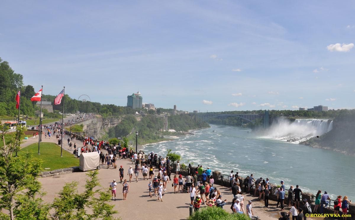 Promenada przy wodospadach w Niagara Falls w dniu 1 lipca 2019 roku